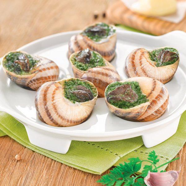 Une assiette blanche avec 6 escargots bio