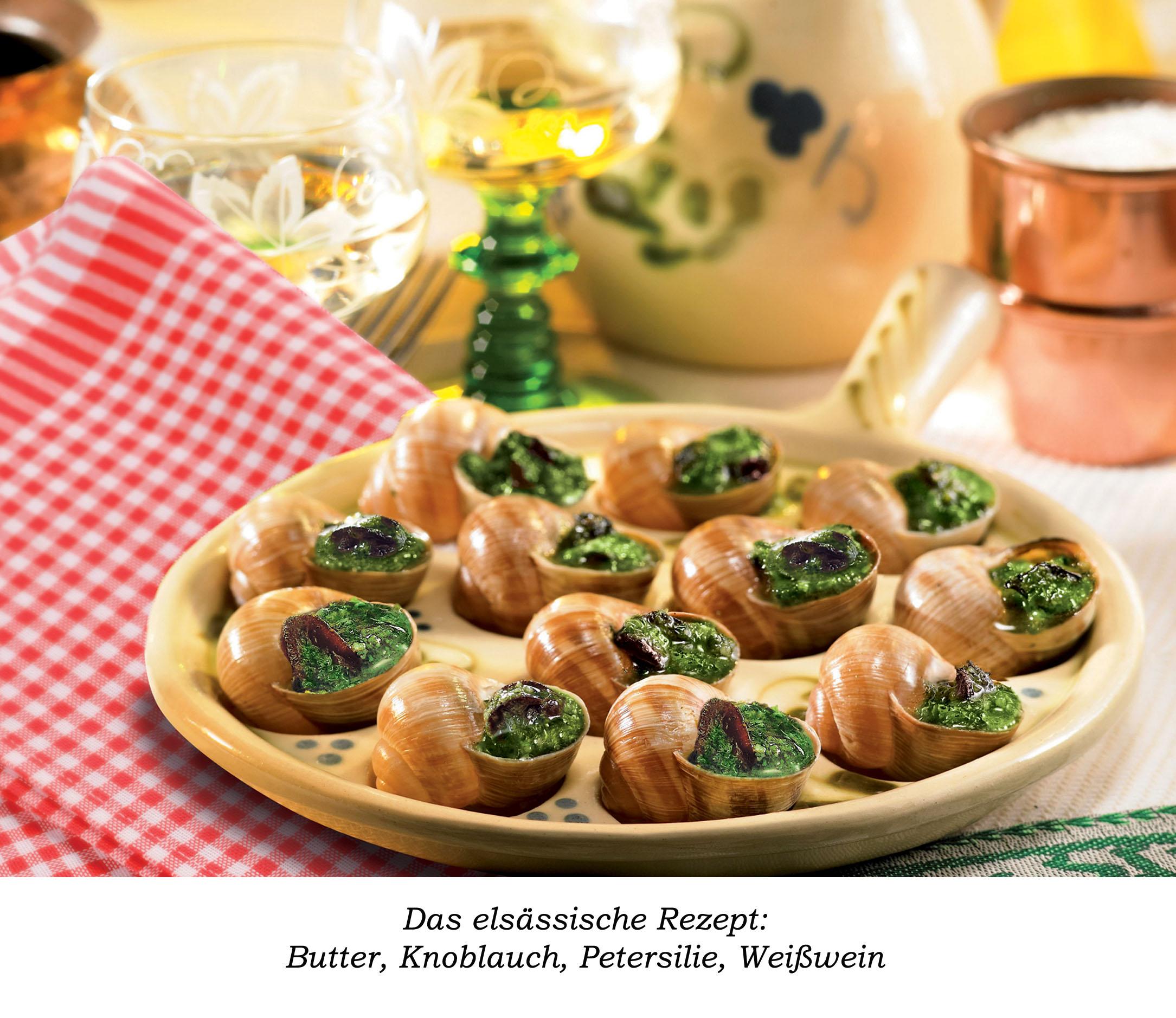Ein gelber runder Teller mit Schnecken nach dem elsässischen Rezept dekoriert mit einer karrierten Serviette und einem Glas Weißwein