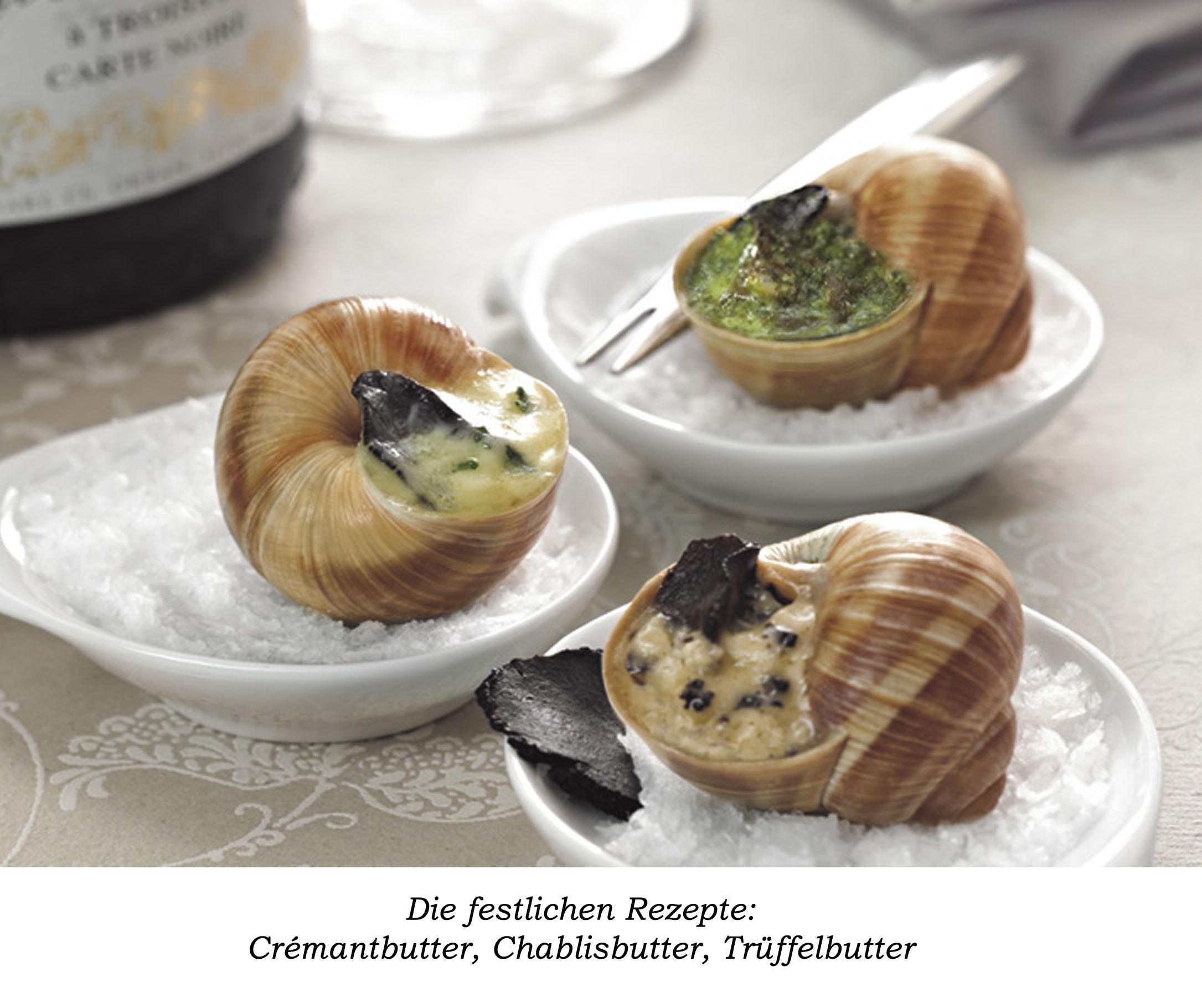 Drei kleine runde Teller mit jeweils einer Schnecke gefüllt mit Trüffelbutter, Chablisbutter und Crémantbutter