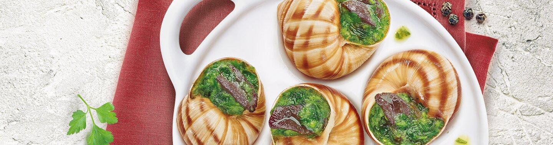 Une assiette blanche avec 5 escargots classiques