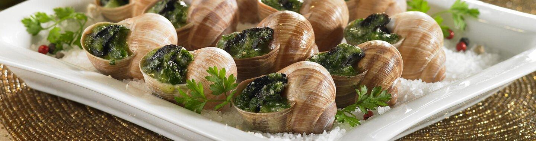 Une assiette avec plein d'escargots de Bourgogne